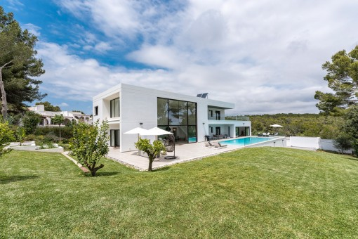 Moderne Luxusvilla mit Meerblick auf einem großen Grundstück in Sol de Mallorca