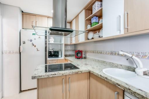 Alternative Ansicht der voll ausgestatteten Küche