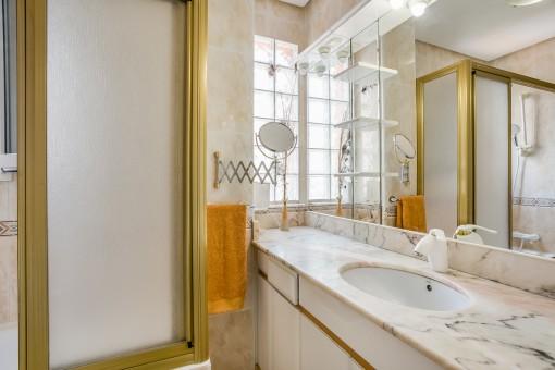 Weiteres Badezimmer mit großem Spiegel