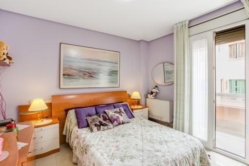 Helles Schlafzimmer mit Terrassenzugang