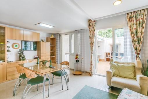 Der Wohn-und Essbereich bietet Zugang zu einem Innenhof