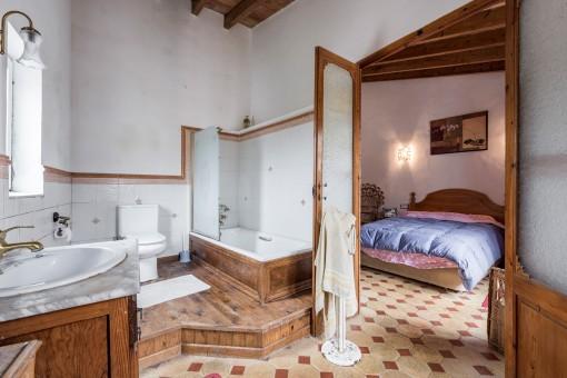 Großzügiges en Suite Badezimmer