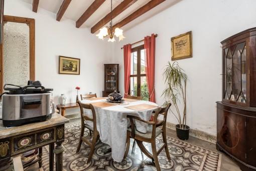 Das Haus hat einen Boden aus mallorquinischen Fliesen