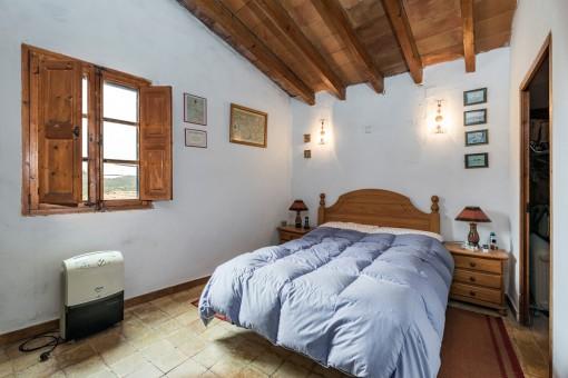 Authentisches Schlafzimmer mit Holzdecke