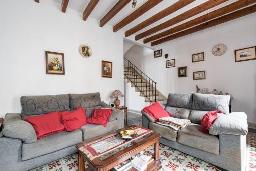 Schöner Wohnbereich mit Holzdeckenbalken