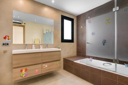 Nettes Badezimmer mit Badewanne