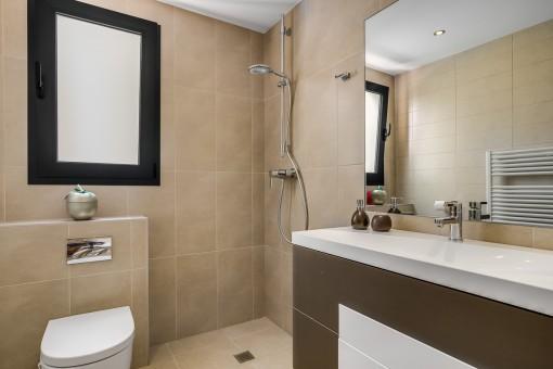 Das zweite en Suite Badezimmer mit Dusche