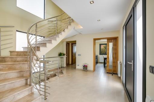 Eingangsbereich der Villa und Treppen, die zu den unterschiedlichen Etagen führen