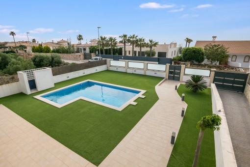 Großzügiger Poolbereich mit Grünflächen
