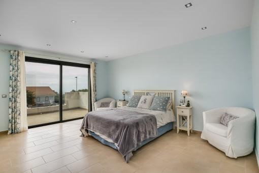 Helles Hauptschlafzimmer mit Zugang zur Terrasse