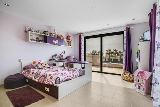 Zweites Kinderzimmer mit Zugang zur Terrasse