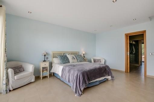 Das Hauptschlafzimmer bietet ein Doppelbett