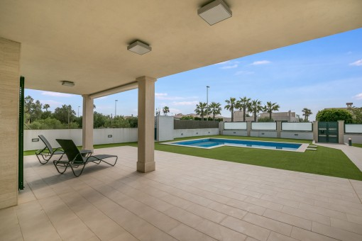 Fantastische, überdachte Terrasse mit Blick auf den Poolbereich
