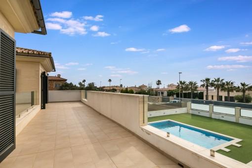 Anblick von der Terrasse und dem Pool