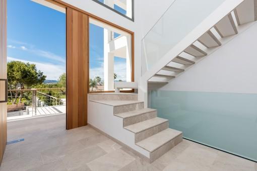 Eine elegante Treppe führt ins Obergeschoss
