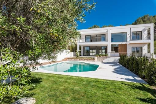 Außenansicht der modernen Villa mit schönem Garten