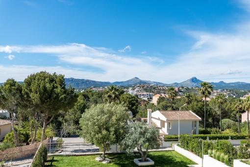 Die Villa bietet auch einen Panoramablick auf die Berge