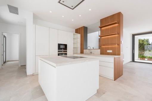 Half-offene, moderne Küche mit Kochinsel