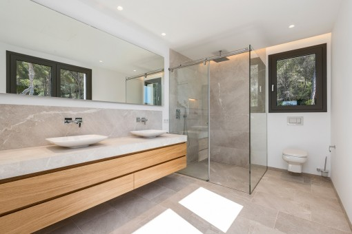 Weiteres Badezimmer mit ebenerdiger Dusche