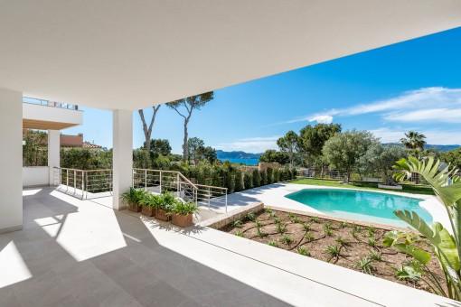 Überdachte Terrasse mit gepflegten Garten