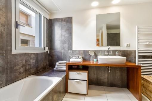 Die Badezimmer sind mit den hochwertigen Materialien ausgestattet