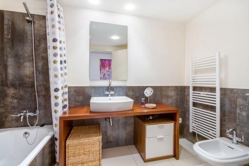 Das zweite Badezimmer mit Badewanne und Heizung