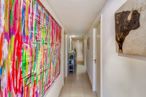 Flur mit bunten Malereien