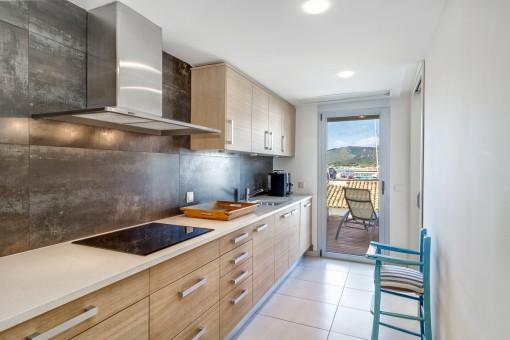 Voll ausgestattete und moderne Küche