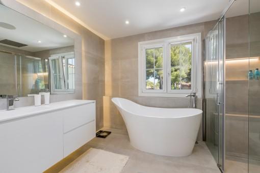 Alle Schlafzimmer verfügen über ein Badezimmer mit Dusche und Badewanne