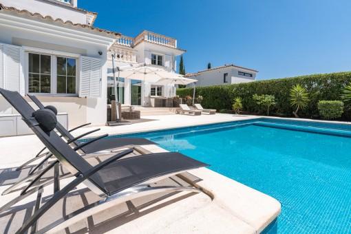 Der Pool lädt ein den Sommer zu genießen