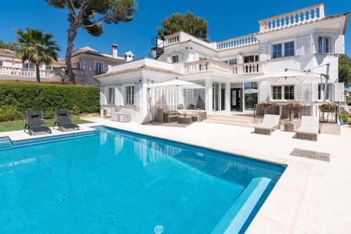 Außenansicht der Villa mit beheizten Pool