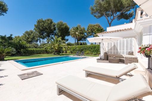 Wundervoller Außenbereich mit Pool, grüner Wiese und Sonnenterrasse