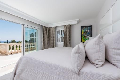 Schönes Schlafzimmer mit Zugang zur Meerblick-Terrasse