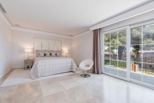 Großes und helles Doppelschlafzimmer mit Terrasse