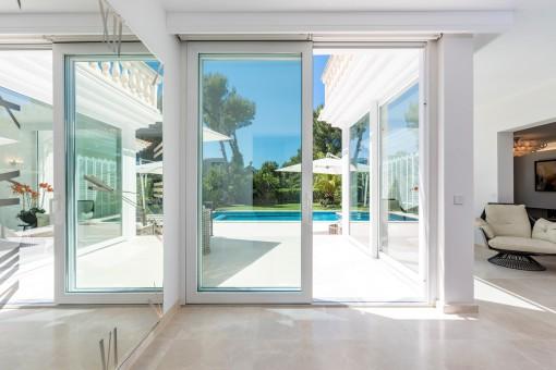 Der Wohnbereich bietet einen direkten Zugang zum Poolbereich