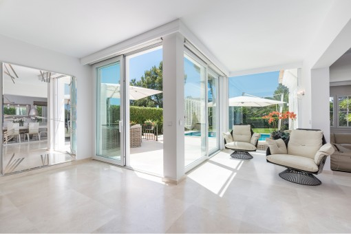 Lichtdurchfluteter Wohnbereich aufgrund von großen Fensterfronten