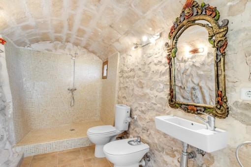 Authentisches Badezimmer mit Natursteinwand