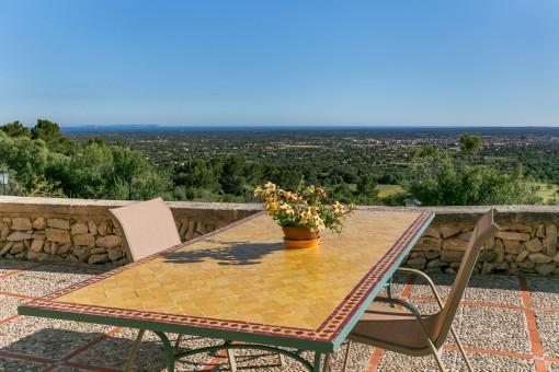 Terrasse mit traumhaften Panoramablick bis zum Meer