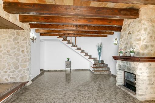 Rustikaler Wohnbereich mit Kamin