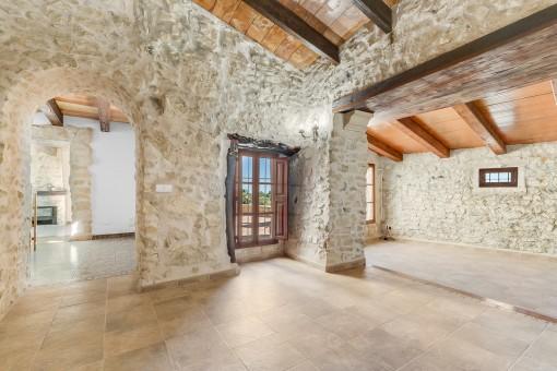 Beeindruckender Wohn-und Essbereich mit Steinwänden
