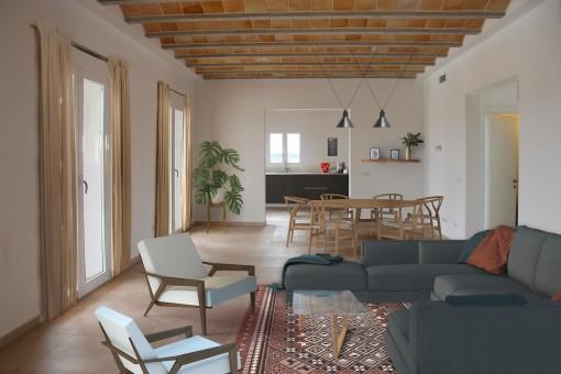 Großflächiger Wohn- und Essbereich mit Zugang zu einer überdachten Terrasse