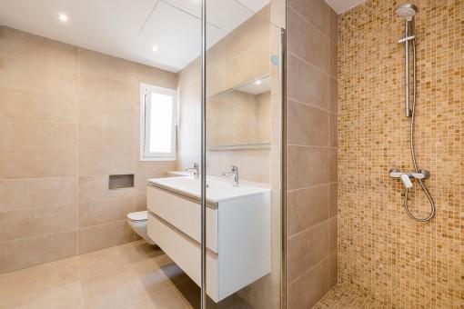 Modernes Badezimmer mit Dsuche
