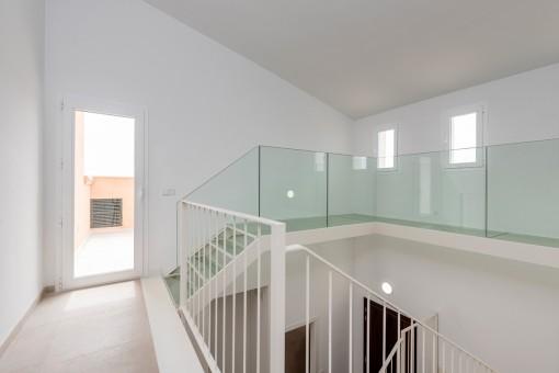 Eine Galerie führt auf eine Dachterrasse