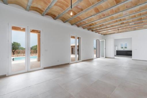 Der großzügige Wohnbereich führt auf eine überdachte Terrasse