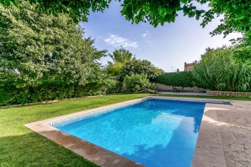 Schöner und entspannter Poolbereich