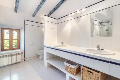 Eines von insgesamt 4 Badezimmern