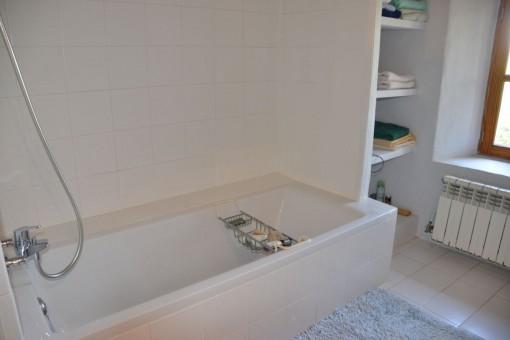 Schlafzimmer mit Badewanne