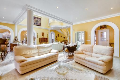 Der Wohnbereich bietet mehrere Sitzmöglichkeiten