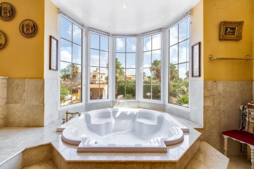 Nobles Badezimmer mit Jacuzzi