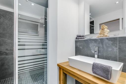 Modernes Badezimmer en Suite mit Dusche